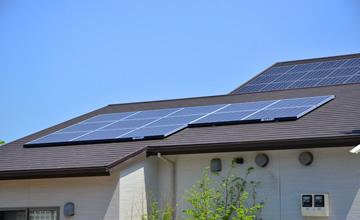 屋根に設置した太陽電池モジュールで太陽光を電気に変える太陽光発電